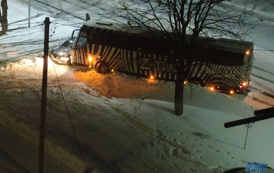 На Волині стукнулися пасажирський автобус і легковик. ФОТО