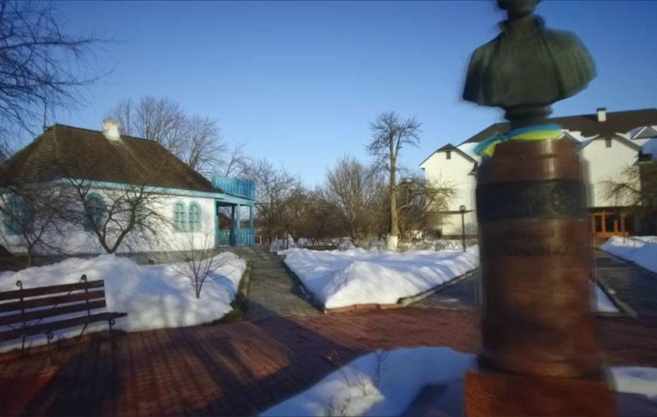 Ковельські школярі записали відео, як читають вірш Лесі Українки. За роялем – мер Ігор Чайка