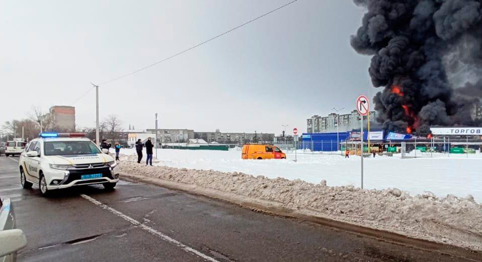 """На Миколаївщині чоловік підпалив """"Епіцентр"""" і кидався на людей з сокирою. ФОТО"""