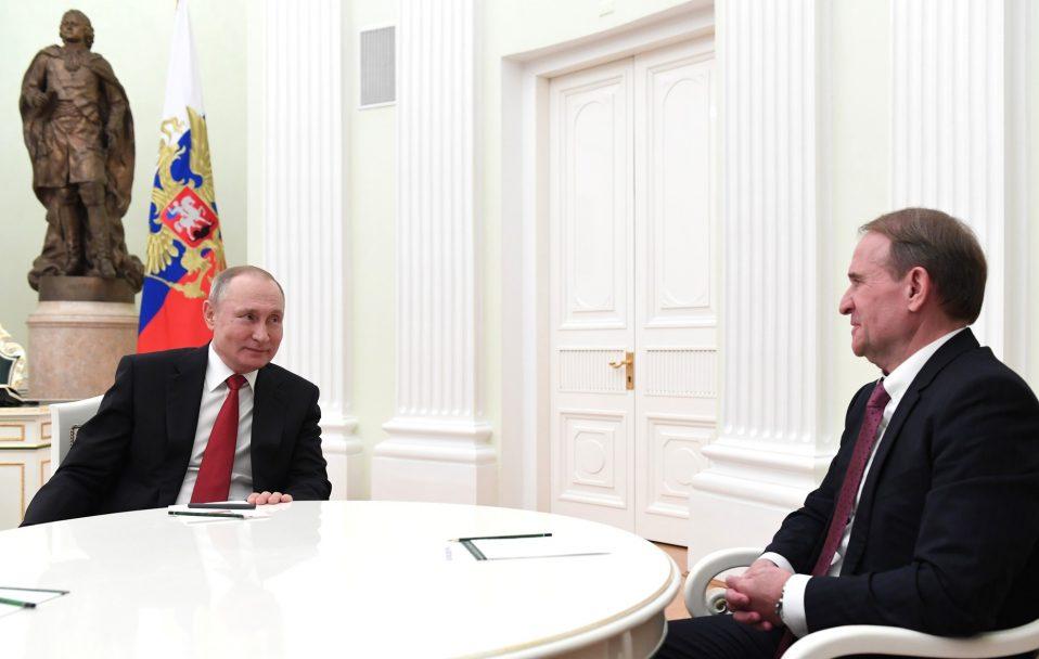 Як у Кремлі відреагували на санкції проти Медведчука, який є кумом Путіна