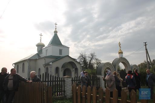 Боротьба за церкву: селяни на Волині вже півроку моляться на вулиці, бо храм опечатаний. ВІДЕО