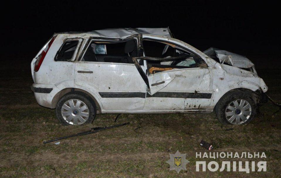 На Волині автівка злетіла з дороги і врізалася у дерево. Постраждали троє людей
