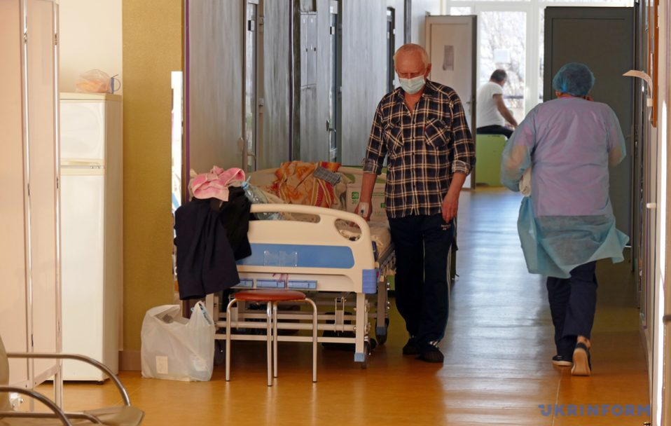 COVID-19 на Франківщині: лікарні переповнені, люди лежать у коридорах