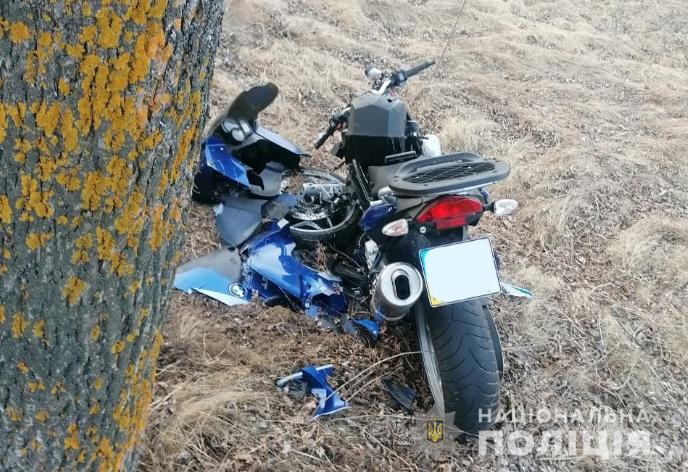На Волині мотоцикліст влетів у дерево: у водія – переломи ніг