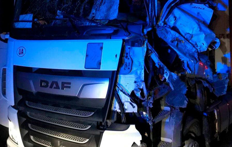 """На Волині зіткнулися дві вантажівки: один з водіїв виїхав на """"зустрічку"""". ФОТО"""
