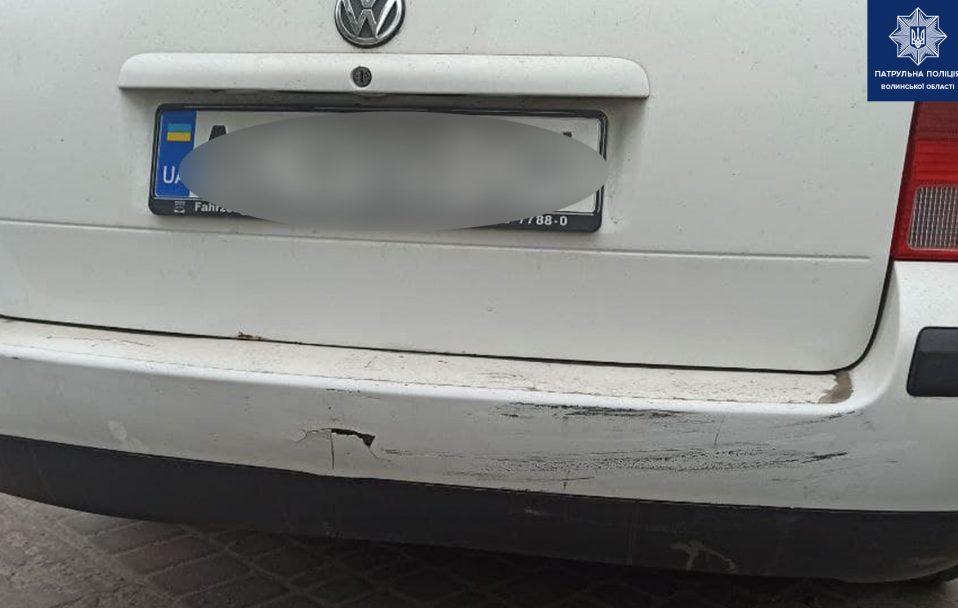 На Волині 25-річна водійка врізалася у припарковане авто і втекла. ФОТО