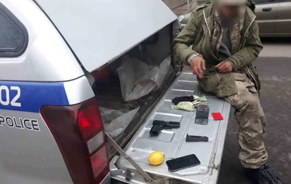 У луцькій маршрутці п'яний чоловік лякав пасажирів пістолетом. ФОТО