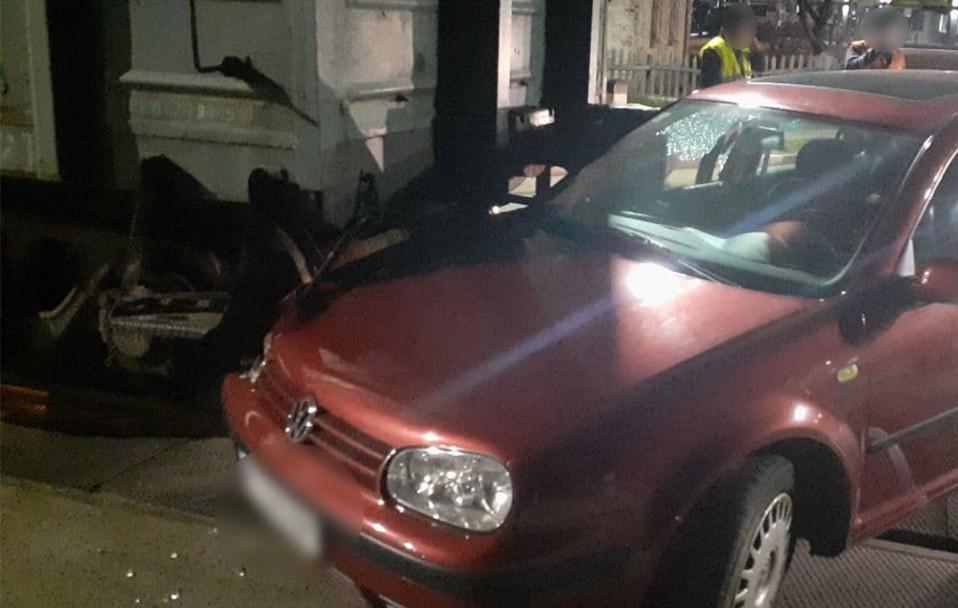 У Луцьку автомобіль врізався у вагон: водій пролетів на червоне. ФОТО