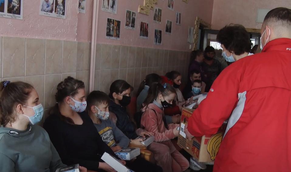 """Благодійники завітали у санаторій """"Дачний"""": привезли теплі речі, іграшки та солодощі. ВІДЕО"""