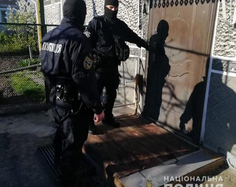 У Володимирі-Волинському поліція провела масштабні обшуки: знайшли наркотики, зброю і крадені речі. ФОТО