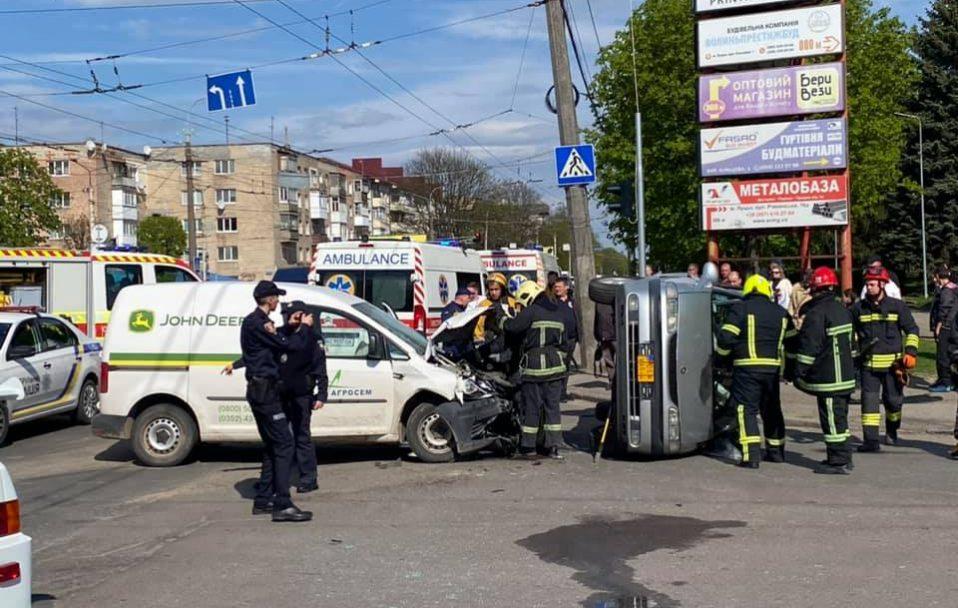 Автівка перекинулася від удару: у Луцьку – ДТП на Рівненській, рух ускладнений. ФОТО