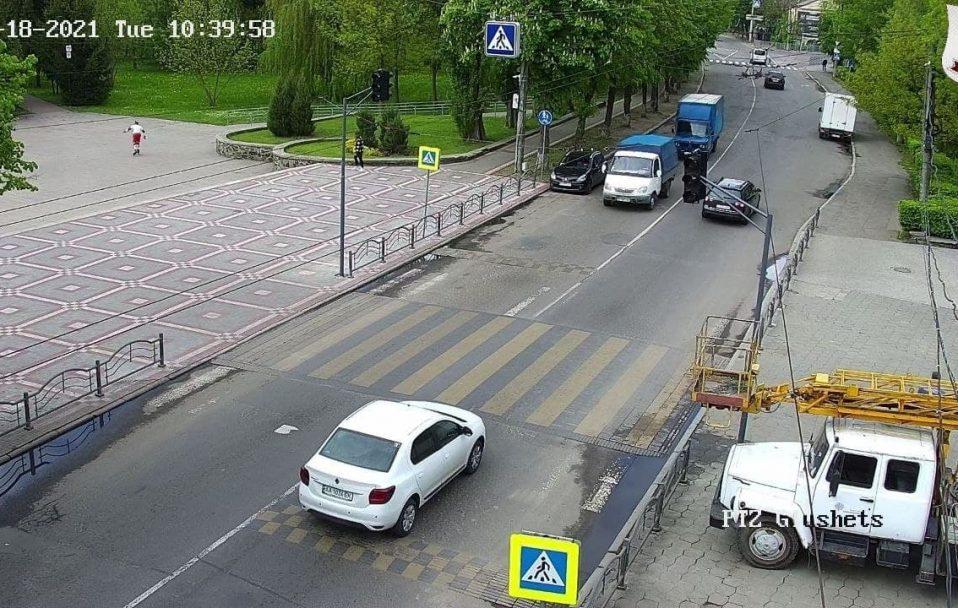 """Біля центрального парку у Луцьку встановлюють світлофор. """"Лежачих поліцейських"""" заберуть"""