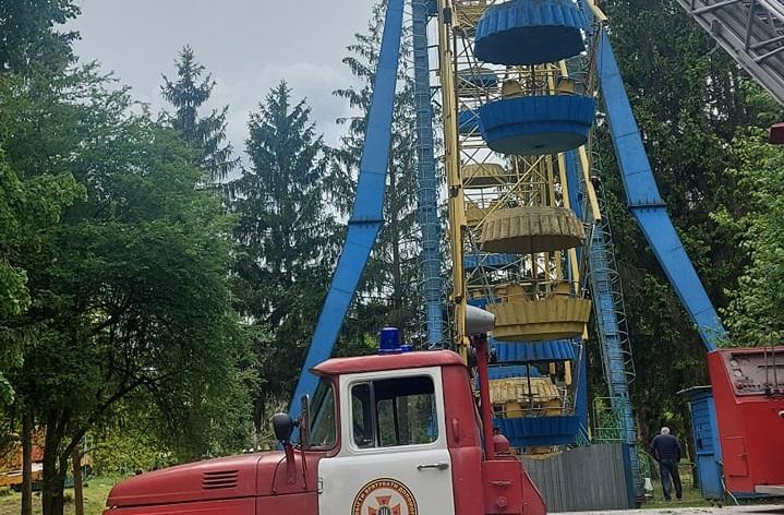Оглядове колесо в Луцьку раптово зупинилося. Наляканих людей евакуйовують рятувальники. ФОТО