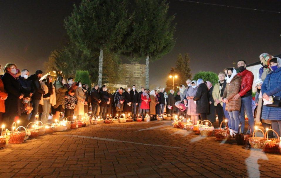 Великодня ніч: як у центрі Луцька святили паски. ФОТО