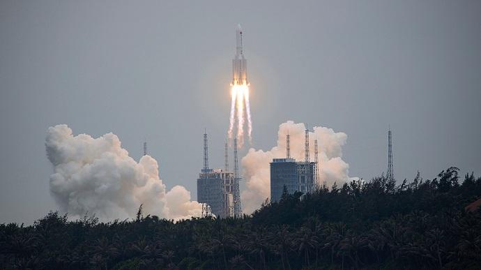 Залишки неконтрольованої китайської ракети впали в океан