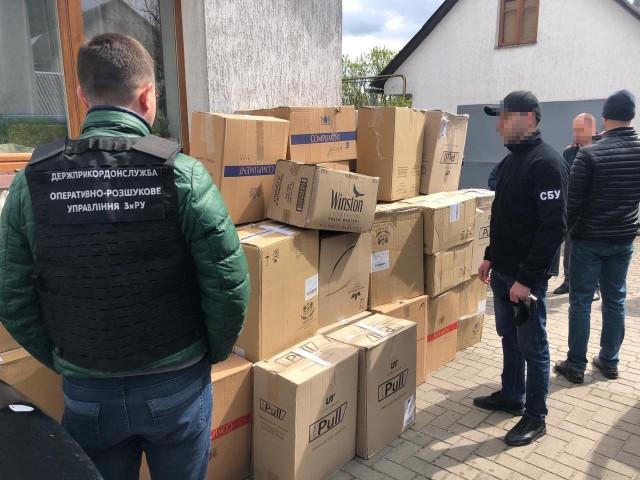 Обшуки на Ковельщині: вилучили 500 літрів незаконного алкоголю та 70 ящиків цигарок
