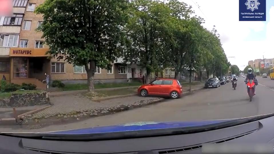 Погоня у Луцьку: показали відео, як мотоцикліст влетів у авто патрульних