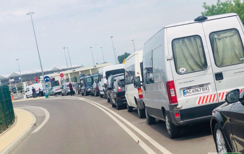 Близько 700 автівок: на кордоні з Польщею – величезні черги