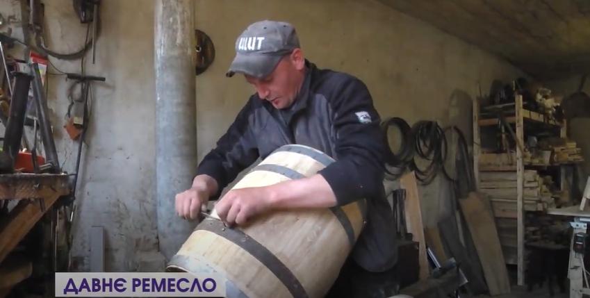 Давнє ремесло: волинські майстри і досі виготовляють діжки дідівським способом. ВІДЕО