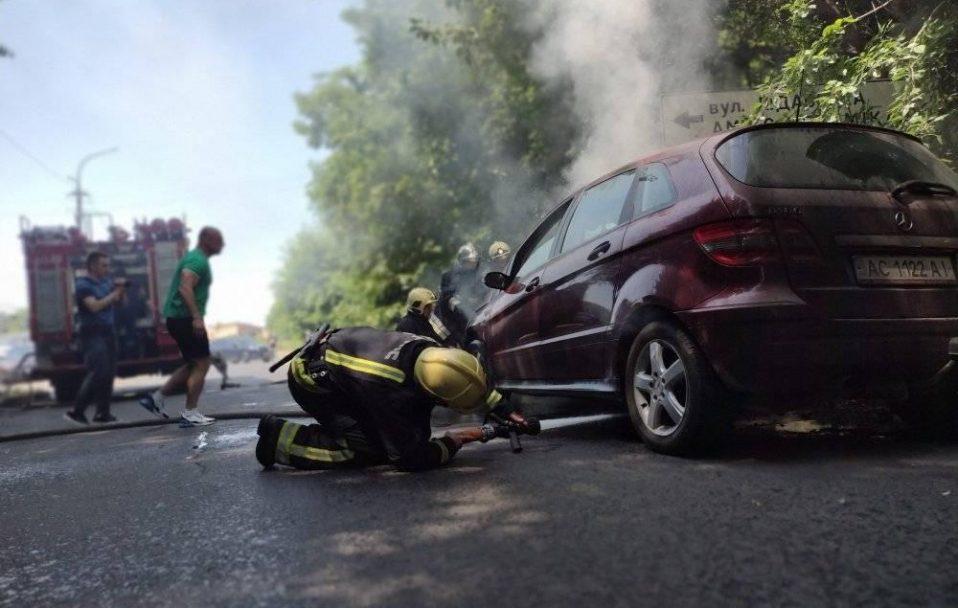 У Луцьку на ходу спалахнула автівка. У салоні була жінка з дитиною