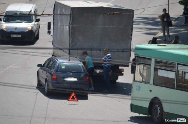 У Луцьку легковик в'їхав у вантажівку. ФОТО