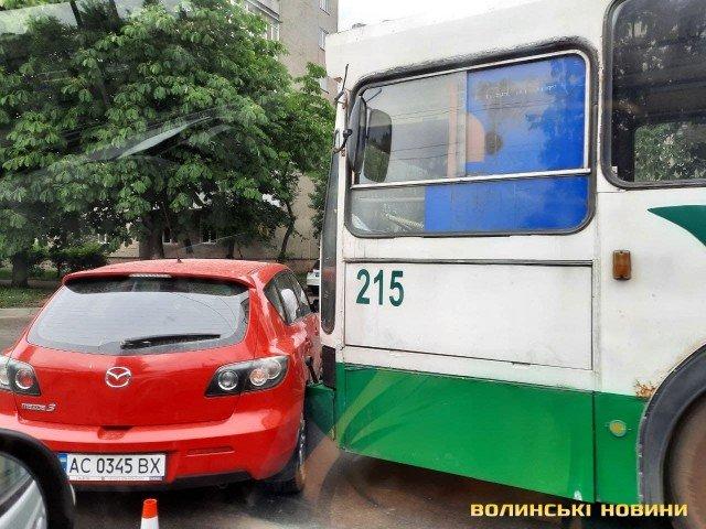 У Луцьку стукнулися тролейбус і легковик