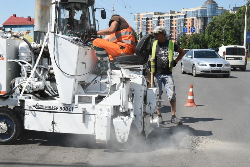 Показали, як ремонтують дороги у Луцькій громаді. ФОТО