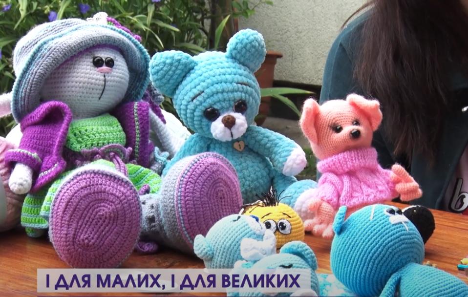 Іграшки амігурумі. Волинянка в декреті навчилася в'язати дивовижні ляльки. ВІДЕО