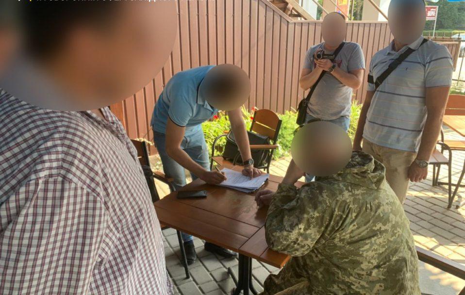 """Волинські правоохоронці зловили командира взводу, який """"відмазував"""" від армії за 1800 доларів"""