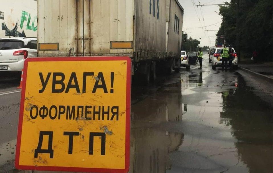 Смертельна аварія у Луцьку: вантажівка переїхала чоловіка