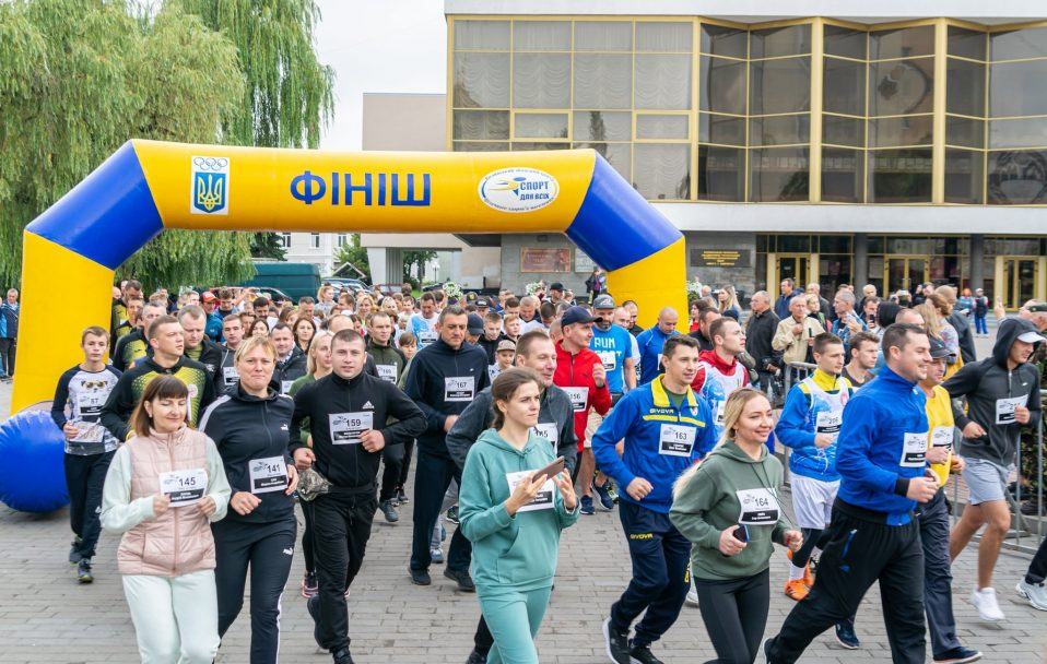 «Шаную воїнів, біжу за героїв України»: Луцьком пробігли понад три сотні волинян. ФОТО