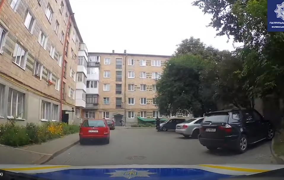 У дворі багатоповерхівки в Луцьку затримали чоловіка з пістолетом. ВІДЕО