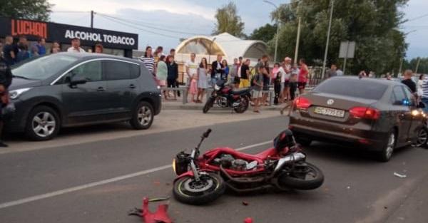 У Світязі мотоцикл врізався у бус і легковик