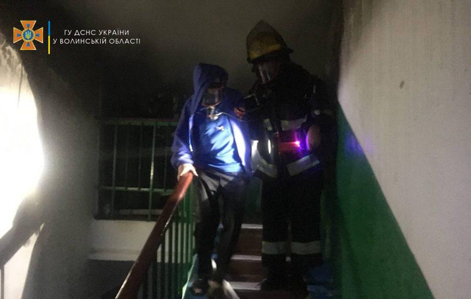 У Нововолинську на пожежі в багатоповерхівці врятували чоловіка та жінку. ФОТО