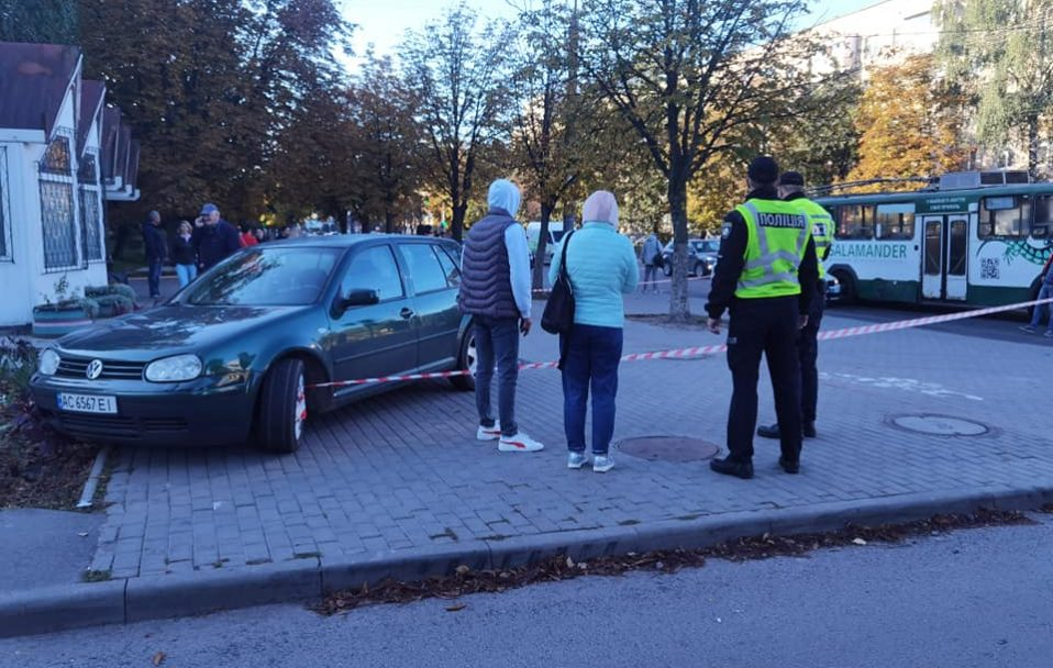 У Луцьку на зупинці авто збило чоловіка. Шукають винуватця аварії. ФОТО