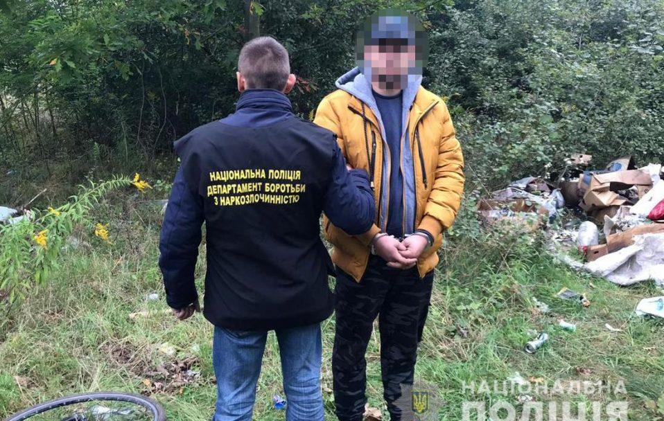 Затримали чоловіка, який робив закладки наркотиків у Княгининку біля Луцька. ФОТО
