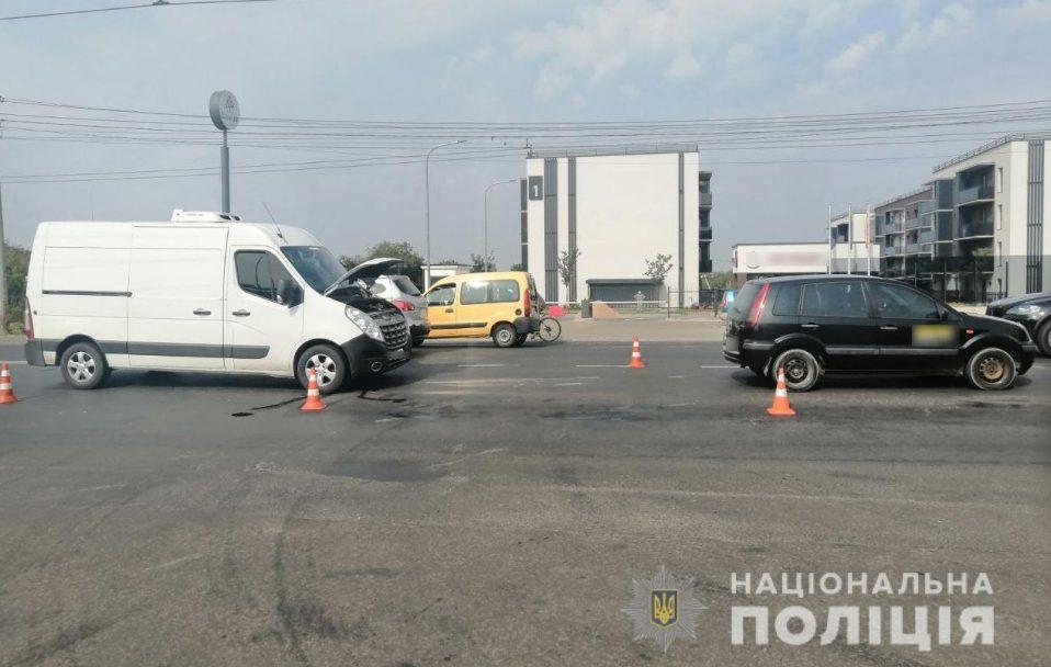 У Луцьку вантажівка врізалася у легковик. Постраждала пасажирка. ФОТО