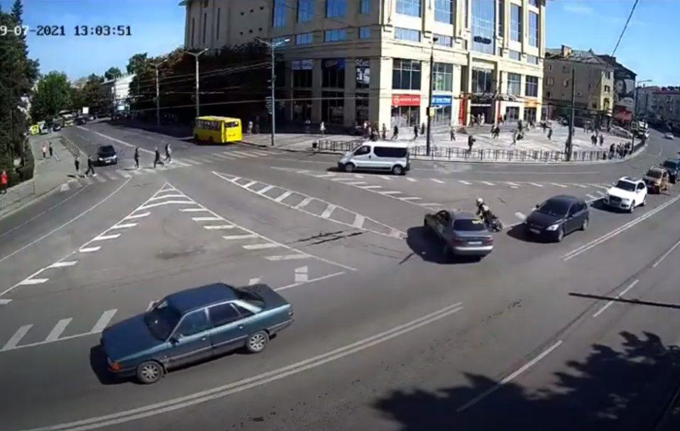 Аварія у центрі Луцька: мотоцикліст врізався в таксі. ВІДЕО