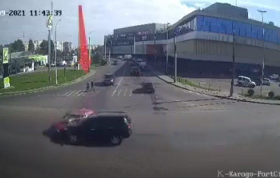 Постраждали 4 людей: показали відео аварії на Карпенка-Карого