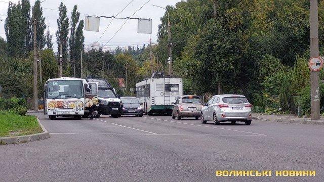 У Луцьку – аварія за участю маршрутки і автомобіля нацгвардійців. ФОТО