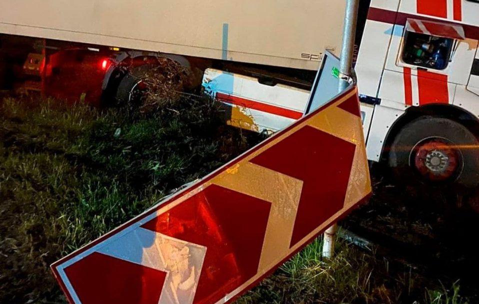 На Волині п'яний водій заснув за кермом і врізався у дорожній знак. ФОТО