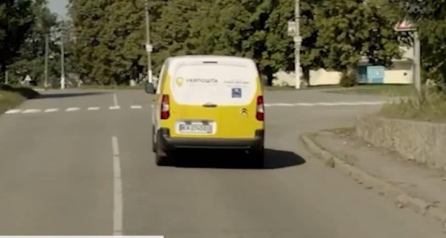 Пошта на колесах: на Волині у селі газети і пенсію людям привозить автомобіль. ВІДЕО