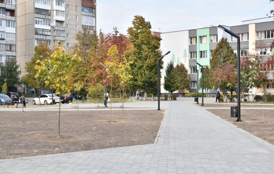 У Луцьку вже облаштували сквер біля 26-ї школи. ФОТО