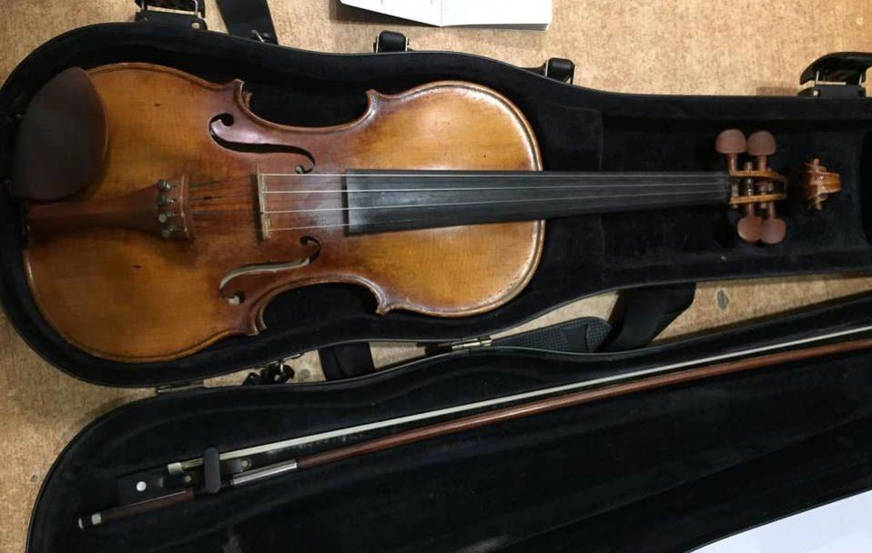 На Волині митники знайшли в автомобілі старовинну німецьку скрипку. ФОТО