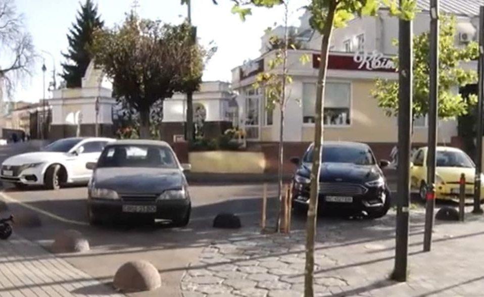 Як у Луцьку муніципали борються з паркувальниками-порушниками. ВІДЕО